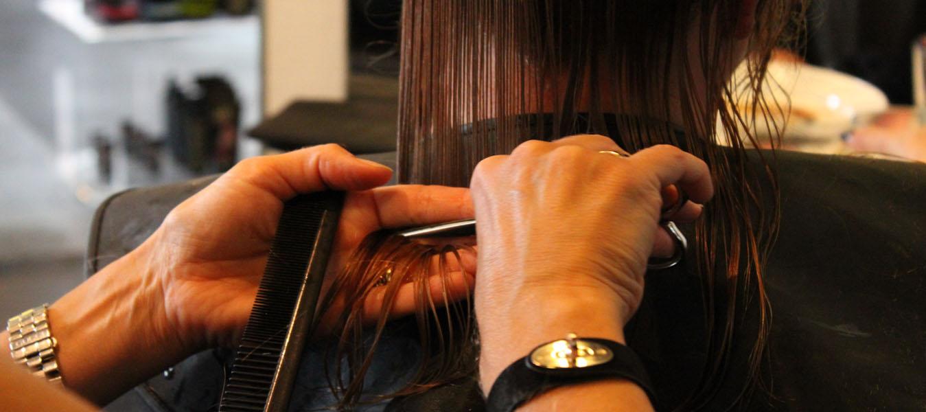 Frisør klipper og friserer hår hos frisør på Amager, Salon Uno