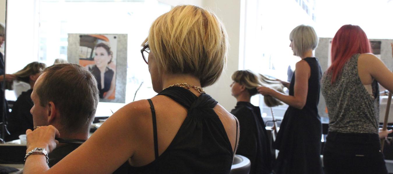 Frisører klipper og friserer hår hos frisør på Amager, Salon Uno